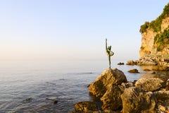 Skulptera dansaren av Budva på väg att sätta på land Mogren, Montenegro royaltyfri fotografi