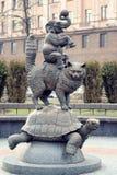 Skulptera ` för den `-katt-, sköldpadda- och elefantjonglören, Minsk, Vitryssland royaltyfri fotografi