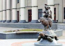 Skulptera ` för den `-katt-, sköldpadda- och elefantjonglören, Minsk, Vitryssland fotografering för bildbyråer