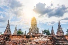 Skulptera landskapet av den forntida gamla pagoden på Wat Chai Wattanaram är den buddistiska templet för berömd historia för grän arkivfoto