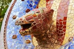 Skulptera med tegelplattamosaiken i parkera Guell i Barcelona Royaltyfri Fotografi