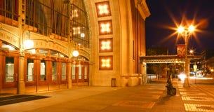 Skulptera nära historisk byggnad för den Tacoma domstolsbyggnaden på natten. Royaltyfri Bild