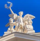Skulptera på överkanten av den Zurich operahusbyggnaden Royaltyfri Fotografi