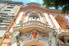 Skulptera på den huvudsakliga ingången till huset av forskare i Lviv, Ukraina Royaltyfri Bild