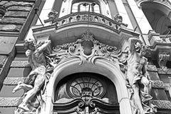 Skulptera på den huvudsakliga ingången till huset av forskare i Lviv, Ukraina Arkivfoto