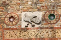 skulptera på den Pomposa abbotsklosterfasaden i Italien Royaltyfria Foton
