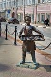 Skulptera pojken med baglar på den Rozhdestvenskaya gatan i Nizhny Novgorod Royaltyfri Bild