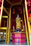 Skulptera religionen av den Asien guden på en sockel arkivfoto