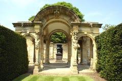Skulpterad valvgång & urna på en sockel på den italienska trädgården av den Hever slotten i England royaltyfri fotografi