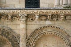 Skulpterade djur och fantastiska tecken dekorerar fasaden av ett kyrkligt (Frankrike) royaltyfri bild