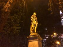 Skulptur är upplyst vid en gatalampa royaltyfri fotografi