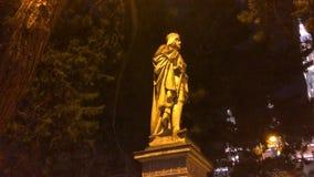 Skulptur är upplyst vid en gatalampa arkivbilder