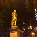 Skulptur är upplyst vid en gatalampa arkivfoton