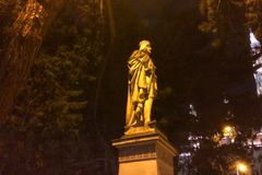 Skulptur är upplyst vid en gatalampa royaltyfria foton