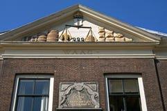 Skulptur auf altem wiegen Haus in Leiden stockbilder
