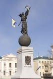 Skulptur auf dem Marktplatz in Charkiw verzierte mit der Flagge Stockfotografie