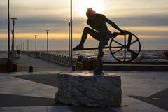 Skulptur auf dem Sonnenuntergang stockfoto