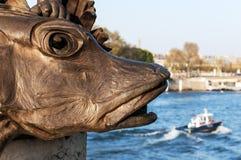 Skulptur auf der Brücke und dem Fluss Stockfotografie