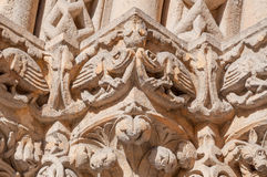 Skulptur auf der Fassade der Kirche von Jak ist eine arbeitende katholische Kapelle in Budapest Stockfotografie