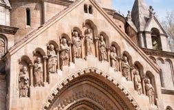 Skulptur auf der Fassade der Kapelle in Vajdahunyad-Schloss Stadtpark von Budapest, Ungarn stockfotos