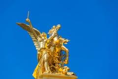 Skulptur auf der Säule auf der Brücke von Pont Alexandre III Stockfotografie