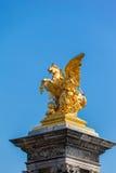 Skulptur auf der Säule auf der Brücke von Pont Alexandre III Lizenzfreie Stockbilder