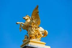 Skulptur auf der Säule auf ht-Brücke ofPont Alexandre III Stockbild