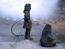 Skulptur av att spela för barn Arkivbilder