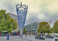 Skulptur av bägaren som lokaliseras i fyrkanten för domkyrka för Christchurch ` s, Nya Zeeland, för att fira den nya milleniet oc Royaltyfri Fotografi