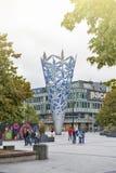 Skulptur av bägaren som lokaliseras i fyrkanten för domkyrka för Christchurch ` s, Nya Zeeland, för att fira den nya milleniet oc Royaltyfria Foton