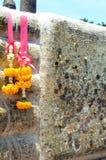 Skulptur av Buddha fot med dyrkanpapper för guld- folie Royaltyfri Bild