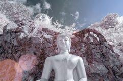 Skulptur av Buddha på berget, Thailand som tas i near Infrared royaltyfri fotografi