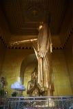 Skulptur av Buddha som pekar till fundamentet av den Mandalay sityen Inre av den Byar Deik Paye pagoden på den sakrala kullen Arkivbilder