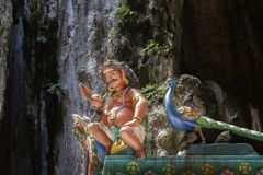 Skulptur av buddistiska gudar på taket av templet i komplexet av Batu grottor arkivbild