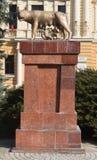 Skulptur av den Capitoline vargen i Brasov Royaltyfri Foto