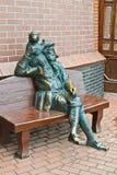Skulptur av den gamla skepparen med en apa. Fiskeläge Kaliningrad, Ryssland royaltyfri fotografi
