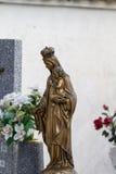 Skulptur av den jungfruliga Maryen i en kyrkogård royaltyfri fotografi
