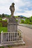 Skulptur av den lilla pojken i Lichtentaler Allee parkerar i Baden-Baden Arkivfoton