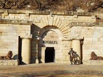 Skulptur av den Ostap böjapparaten på ingången till Proval i Pyatigorsk, Ryssland Arkivbilder