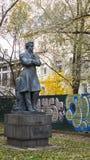 Skulptur av den Pushkin poeten i höst Royaltyfri Foto