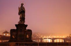 Skulptur av den sakrala John Nepomucene på den Karlovy bron Royaltyfri Bild