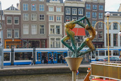 Skulptur av den unga mannen och kvinnorna i Amsterdam Royaltyfri Bild