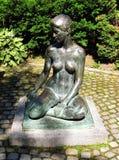 Skulptur av den unga näcka kvinnan Arkivbilder