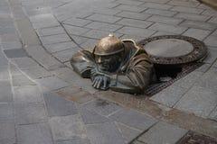 Skulptur av en avklopparbetare i Bratislava Royaltyfri Foto