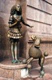 Skulptur av en flicka med en hund Arkivfoton