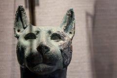 Skulptur av en forntida egyptisk majestätisk katt fotografering för bildbyråer