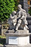 Skulptur av en man och barn, kyrkogård Royaltyfri Fotografi