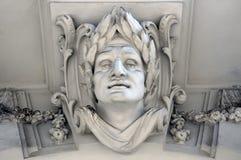 Skulptur av en mans huvud med en lagrarkran Fotografering för Bildbyråer
