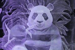 Skulptur av en Panda Bear som göras av is arkivfoto
