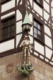 Skulptur av en riddare på fasaden av ett hus i Nuremberg, Bayern, Royaltyfria Bilder